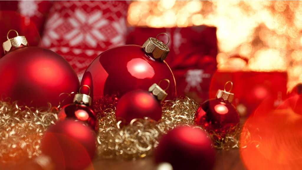 Dekokugeln erstrahlen gerne in weihnachtlichem Rot.
