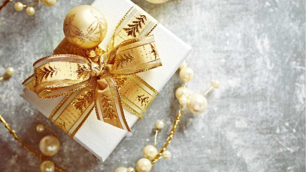 Geschenke lassen sich besonders gut mit Bändern und Kugeln verzieren.