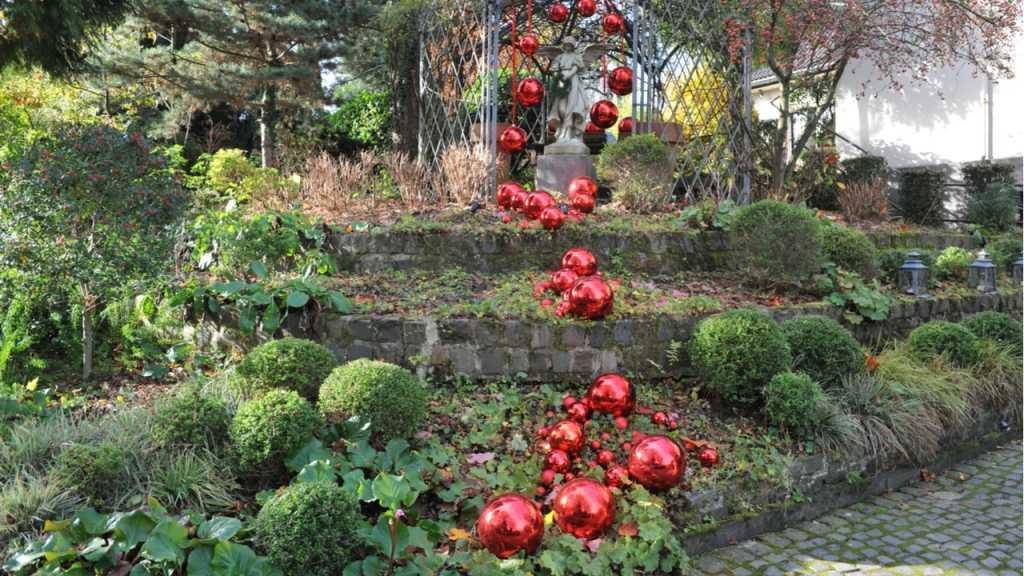 Dekokugeln in XXL verschönern jeden Garten zur Weihnachtszeit.
