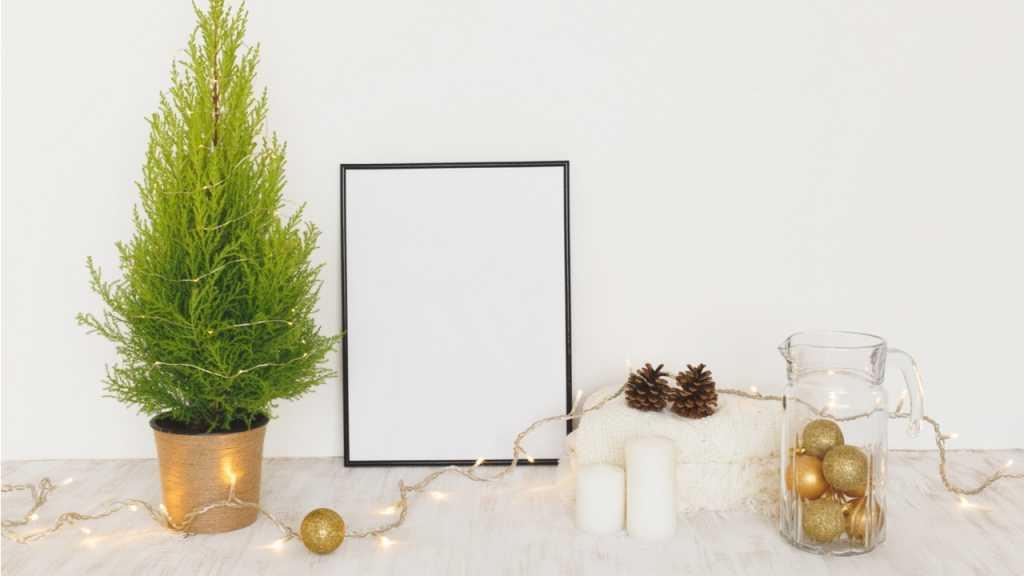 Lichterketten und Christbaumkugeln verschönern jede Kommode zur Weihnachtszeit.