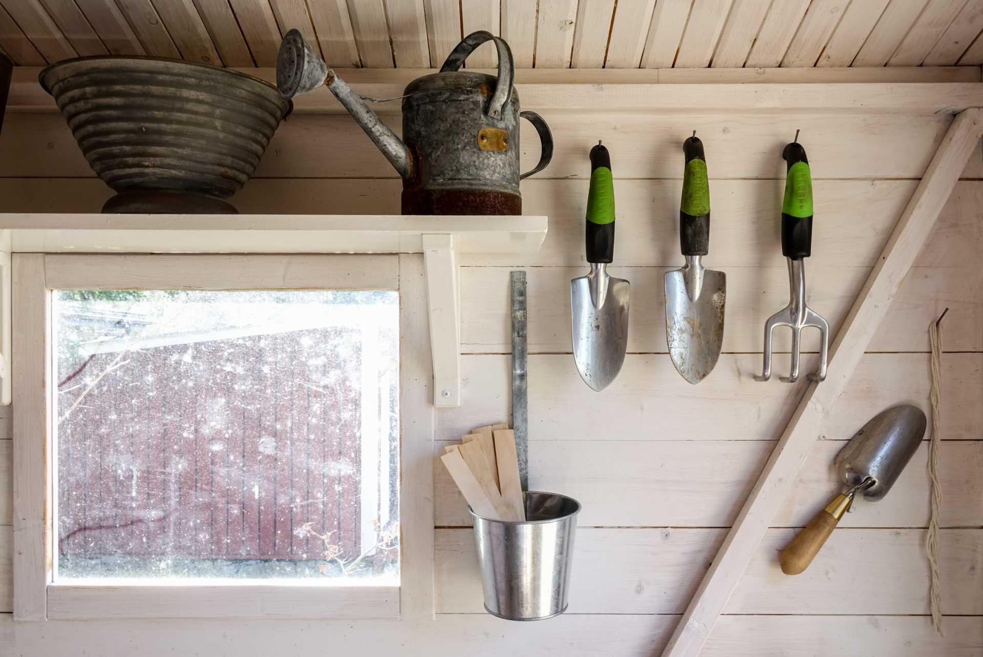 3 Gerätehäuser für eine wettergeschützte Aufbewahrung der Gartengeräte