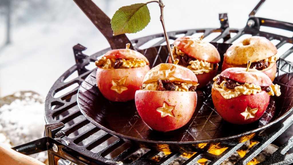 Eine schmackhafte Nachspeise beim Wintergrillen sind Bratäpfel mit Marzipan und Nüssen.