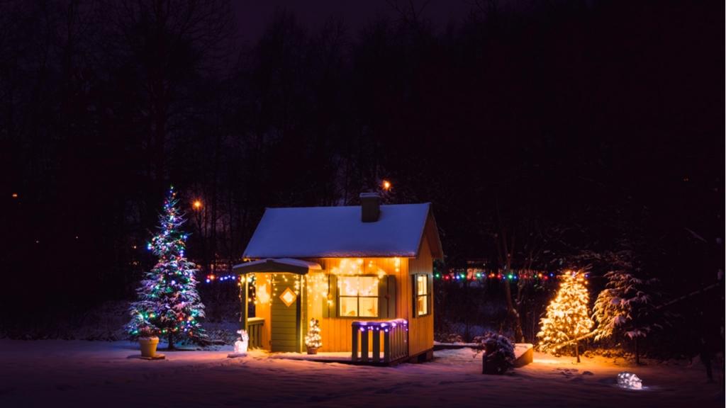Weihnachtsdeko kann eine stimmungsvolle Wirkung auf Groß und Klein haben.