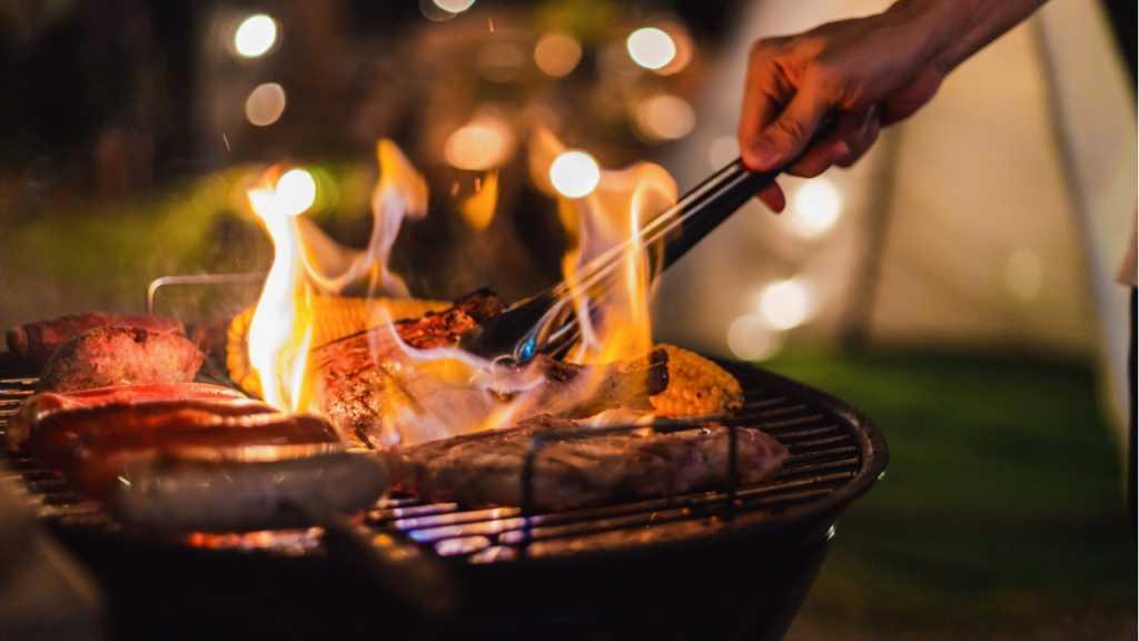 Der Kohlegrill bietet sich für das Grillvergnügen gut an.