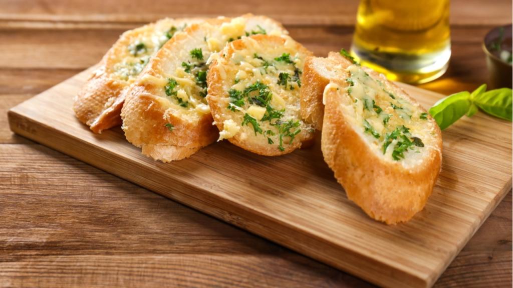 Baguettes mit selbstgemachter Kräuterbutter sollten beim Wintergrillen nicht fehlen.