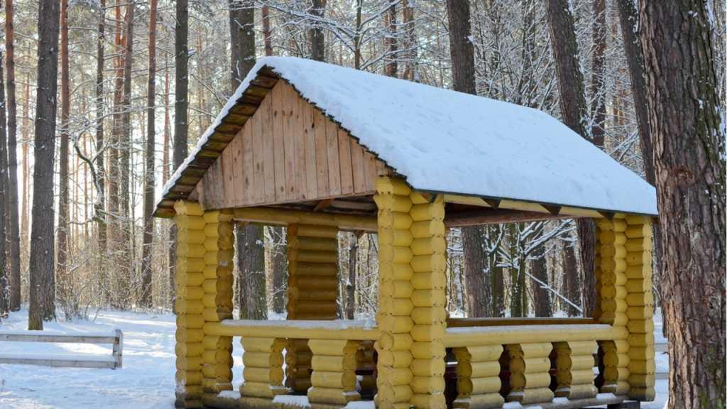 Der Grillabend im Winter kann in einem Zelt oder Pavillon stattfinden.