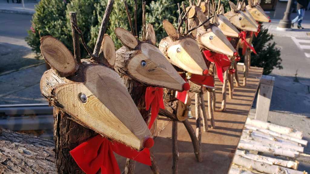 Dekorative Weihnachtsdeko für draußen sind Rentiere aus Holz.