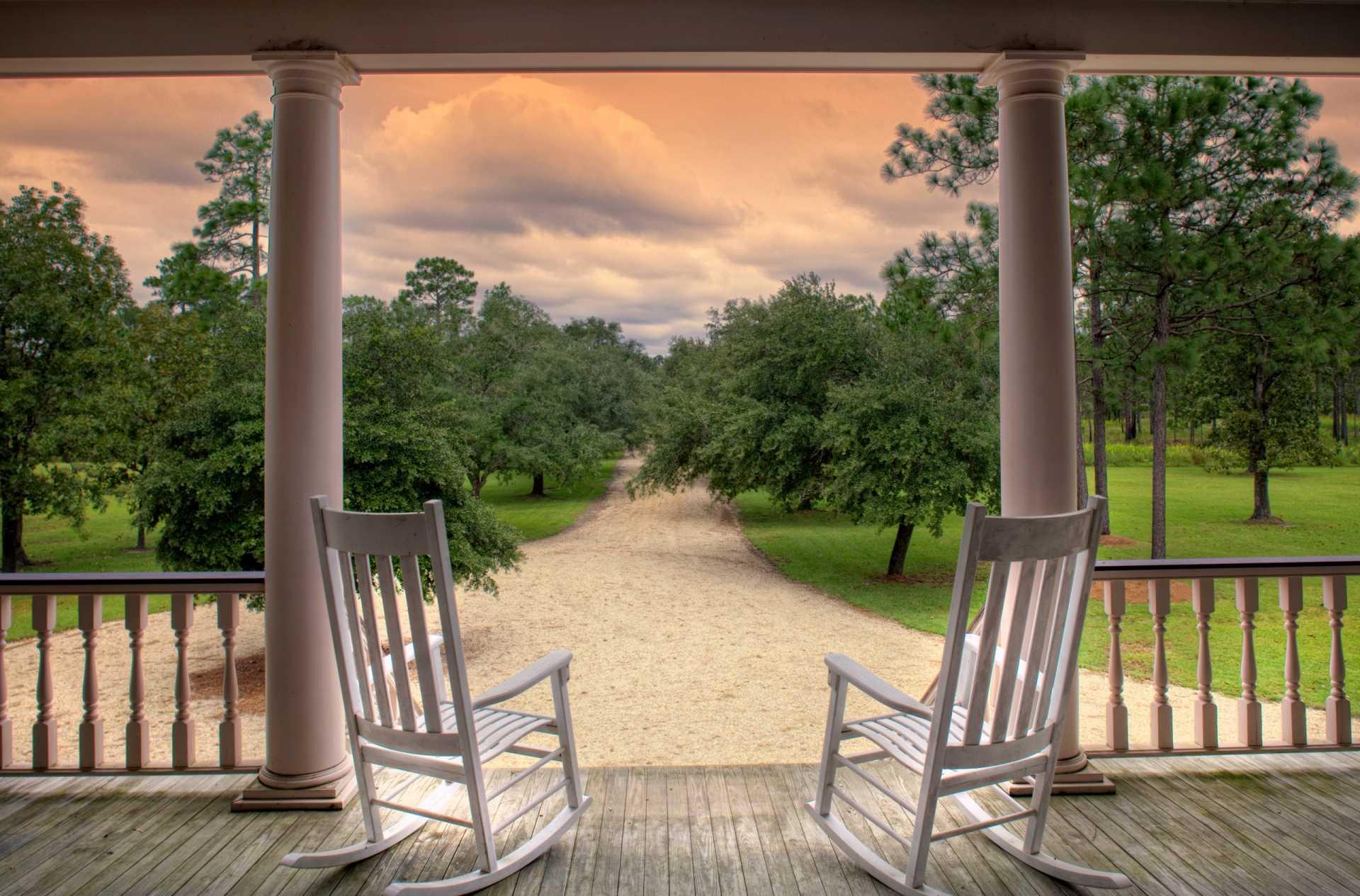 3 Schaukelstühle für den Garten, die zu entspannenden Stunden einladen