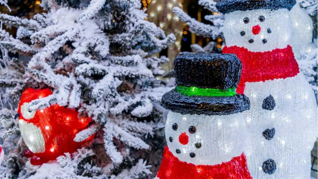 LED-Schneemänner sind eine stimmungsvolle Weihnachtsdeko für draußen.