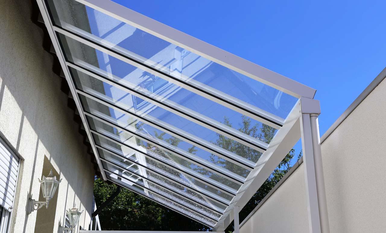Eine Terrassenüberdachung aus Glas sieht nicht nur schön aus, sondern ist auch praktisch