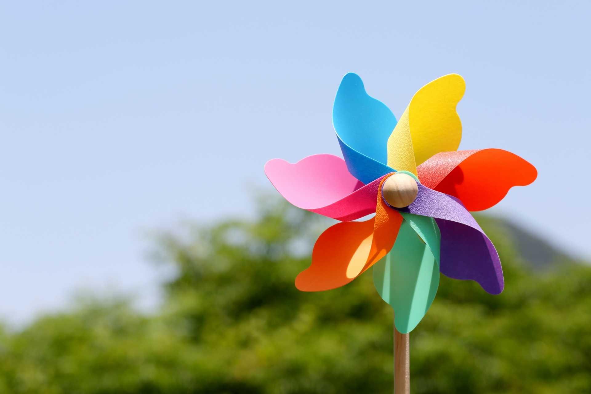 3 Windräder für den Garten, die bunte Akzente setzen