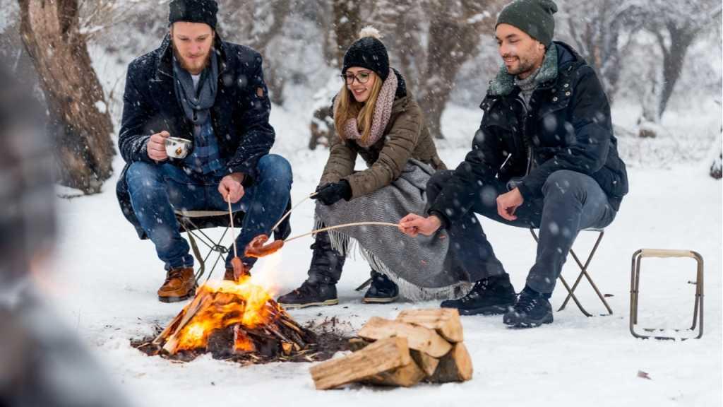 Beim Wintergrillen sollten Handschuhe, Schal und Mütze nicht fehlen.