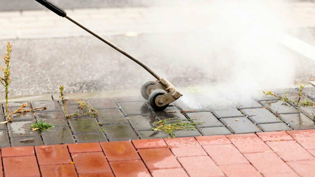 Mit einem Heißwasser-Hochdruckreiniger können Sie gegen Unkraut auf gepflasterten Flächen vorgehen!