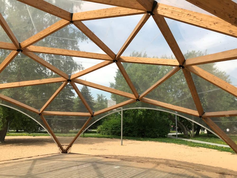 Das Gerüst einer Terrassenüberdachung Glas kann aus Holz bestehen.