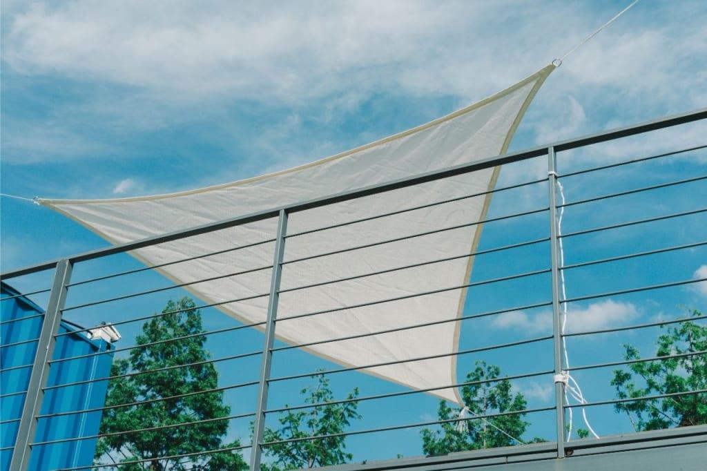 Sonnensegel sind die günstige Alternative zu anderen Überdachungen.