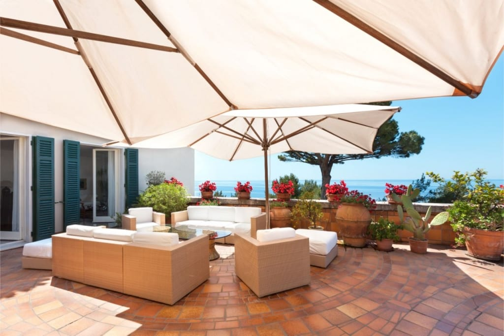 Sonnenschirme bieten Schutz auf der Terrasse.