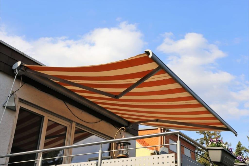 Auch Markisen sind beliebte Überdachungen für Terrassen.